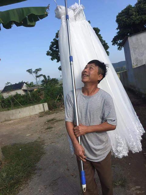 CƯỜI RỚT HÀM: Ông bố gánh váy cưới diễu hành khắp làng mừng con gái thoát ế-2