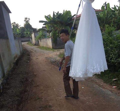 CƯỜI RỚT HÀM: Ông bố gánh váy cưới diễu hành khắp làng mừng con gái thoát ế-3