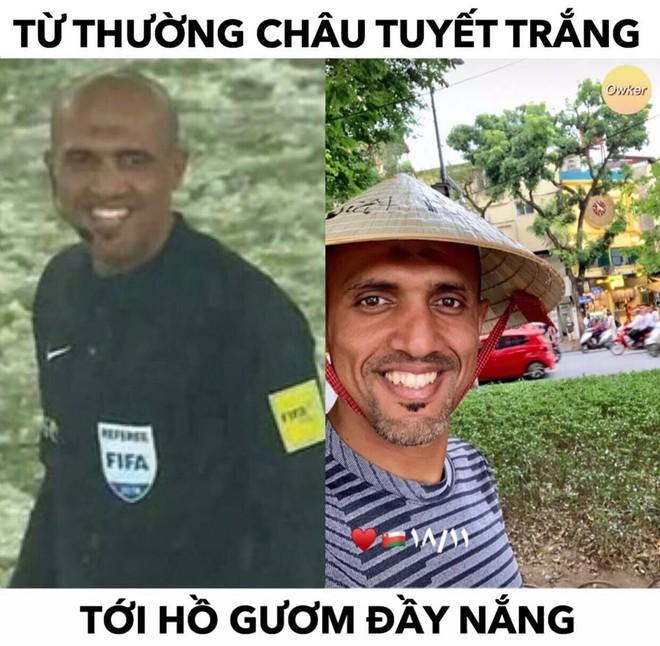 Trọng tài trận Việt Nam - Thái Lan đội nón lá check-in tại hồ Gươm-2