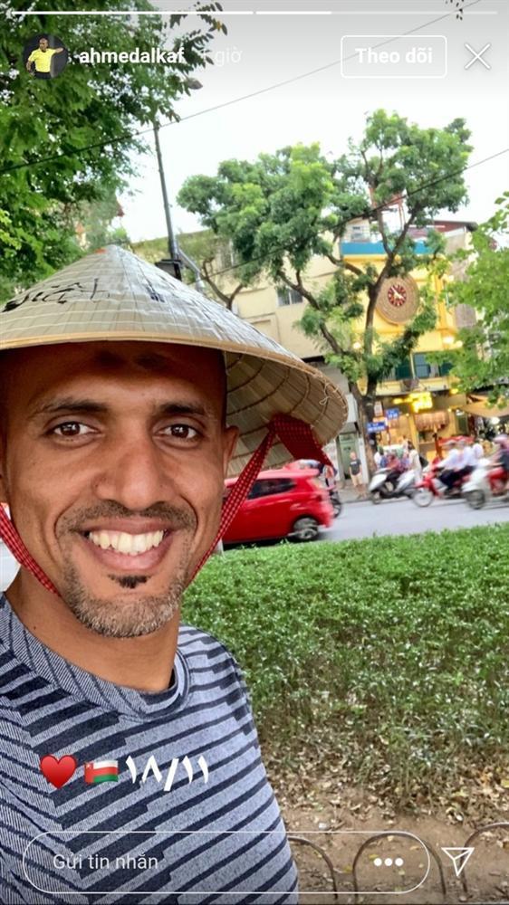 Trọng tài trận Việt Nam - Thái Lan đội nón lá check-in tại hồ Gươm-1