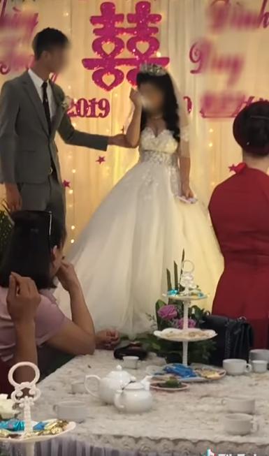 CLIP: Đám cưới hạnh phúc nhưng phản ứng quá đà của cô dâu làm dân mạng xôn xao tranh cãi-2