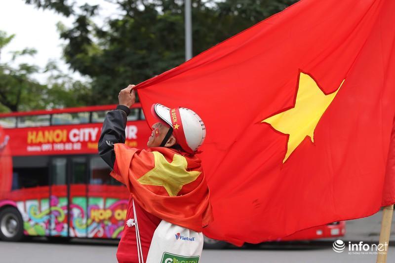 Clip: Người hâm mộ xuống đường, nhuộm đỏ các tuyến phố trước trận quyết đấu Thái Lan trên sân Mỹ Đình-2