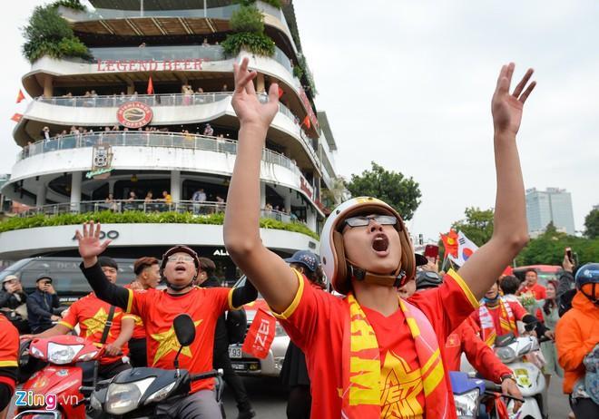 Clip: Người hâm mộ xuống đường, nhuộm đỏ các tuyến phố trước trận quyết đấu Thái Lan trên sân Mỹ Đình-3