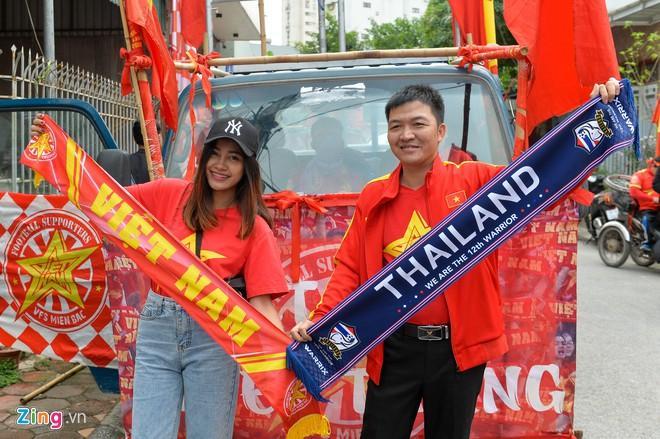 Clip: Người hâm mộ xuống đường, nhuộm đỏ các tuyến phố trước trận quyết đấu Thái Lan trên sân Mỹ Đình-4