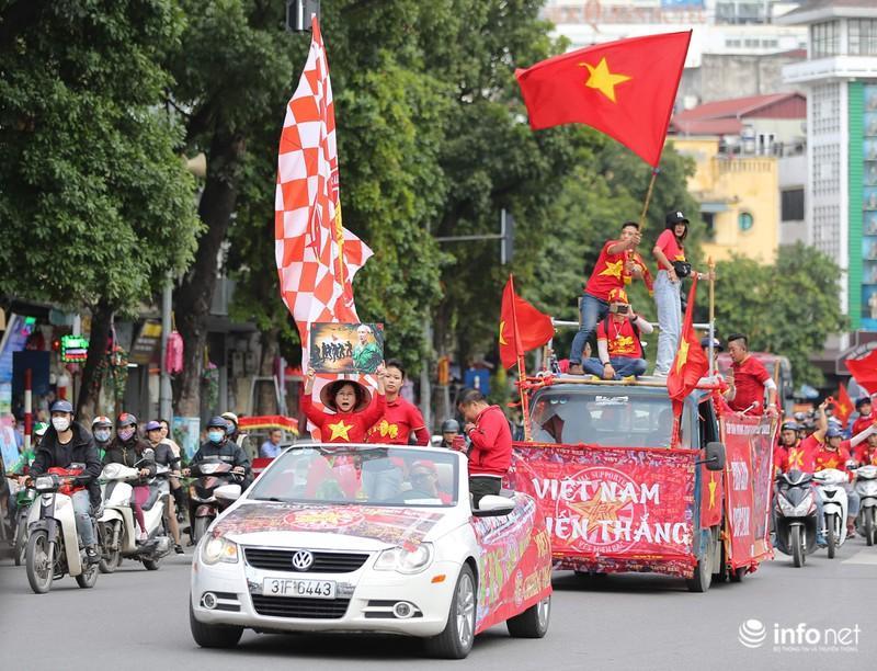 Clip: Người hâm mộ xuống đường, nhuộm đỏ các tuyến phố trước trận quyết đấu Thái Lan trên sân Mỹ Đình-7