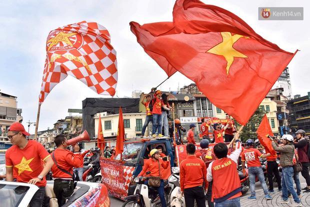 Clip: Người hâm mộ xuống đường, nhuộm đỏ các tuyến phố trước trận quyết đấu Thái Lan trên sân Mỹ Đình-12