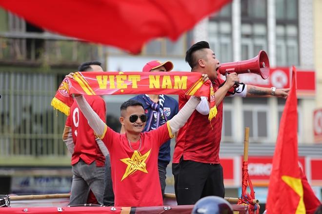 Clip: Người hâm mộ xuống đường, nhuộm đỏ các tuyến phố trước trận quyết đấu Thái Lan trên sân Mỹ Đình-13