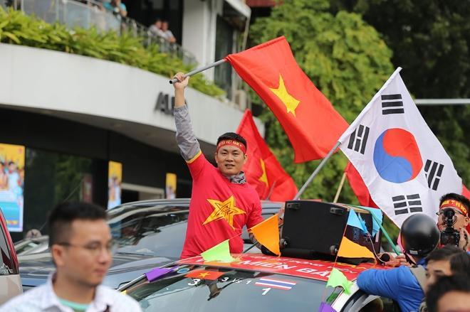Clip: Người hâm mộ xuống đường, nhuộm đỏ các tuyến phố trước trận quyết đấu Thái Lan trên sân Mỹ Đình-8