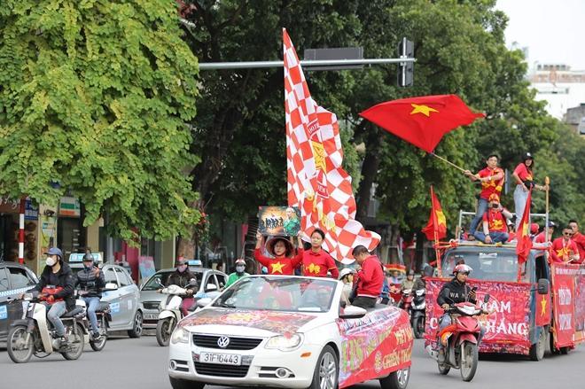 Clip: Người hâm mộ xuống đường, nhuộm đỏ các tuyến phố trước trận quyết đấu Thái Lan trên sân Mỹ Đình-9