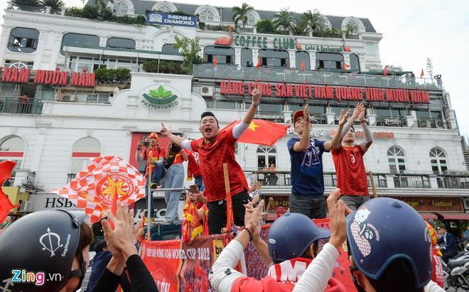 Clip: Người hâm mộ xuống đường, nhuộm đỏ các tuyến phố trước trận quyết đấu Thái Lan trên sân Mỹ Đình-5