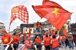 Clip: Người hâm mộ xuống đường, nhuộm đỏ các tuyến phố trước trận quyết đấu Thái Lan trên sân Mỹ Đình