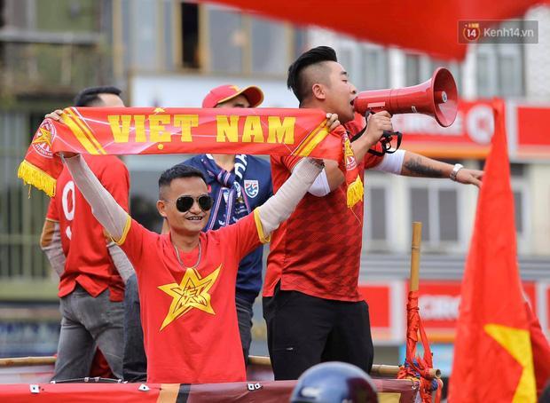 Clip: Người hâm mộ xuống đường, nhuộm đỏ các tuyến phố trước trận quyết đấu Thái Lan trên sân Mỹ Đình-1