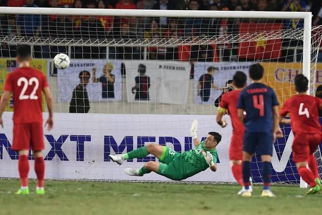 Triệu fans Việt gọi tên Văn Lâm với màn bắt bóng thần sầu, cản phá thành công cú sút ở chấm 11m-1