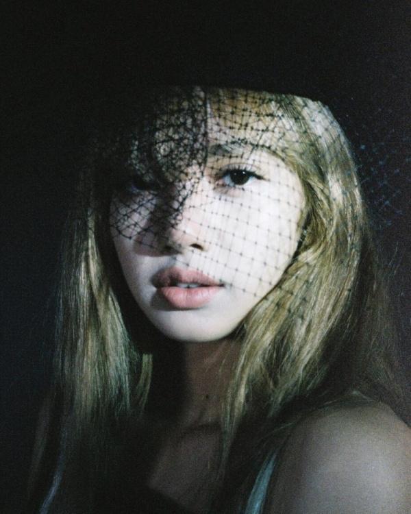 Lisa được Hedi Slimane trứ danh chụp ảnh: Đặc quyền siêu to khổng lồ mà G-Dragon cũng phải thèm-10