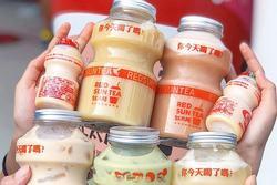 Tín đồ trà sữa phát cuồng với phiên bản đặc biệt hình lọ sữa chua uống 'siêu to khổng lồ' có dung tích lên đến 700ml tại Đài Nam