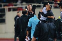 Tay bắt mặt mừng sang giao hữu nhưng bị trợ lý Thái Lan 'cà khịa', thầy Park phản ứng gắt