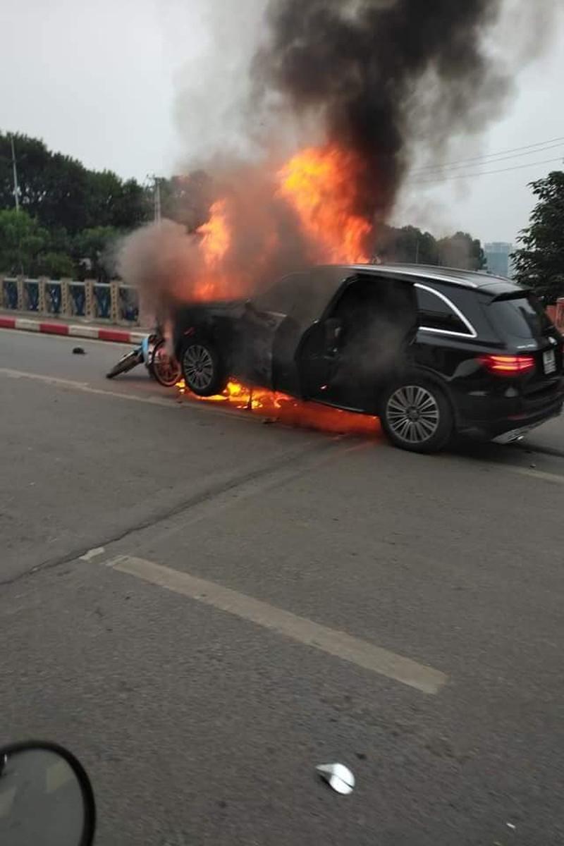 Clip: Xe Mercedes phát nổ rồi bốc cháy ngùn ngụt ở Hà Nội, người phụ nữ bị cuốn vào gầm tử vong-3