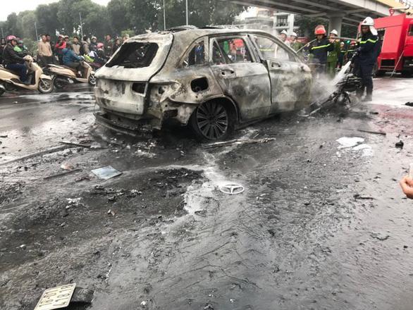 Clip: Xe Mercedes phát nổ rồi bốc cháy ngùn ngụt ở Hà Nội, người phụ nữ bị cuốn vào gầm tử vong-7