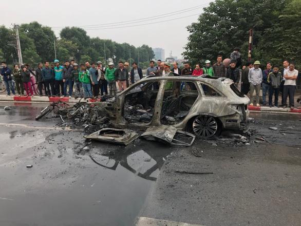 Clip: Xe Mercedes phát nổ rồi bốc cháy ngùn ngụt ở Hà Nội, người phụ nữ bị cuốn vào gầm tử vong-6