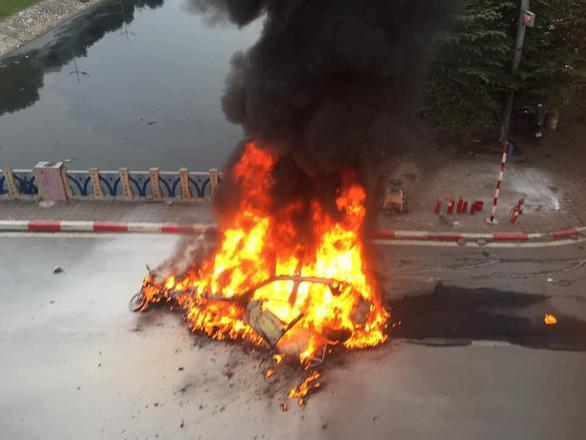 Clip: Xe Mercedes phát nổ rồi bốc cháy ngùn ngụt ở Hà Nội, người phụ nữ bị cuốn vào gầm tử vong-2