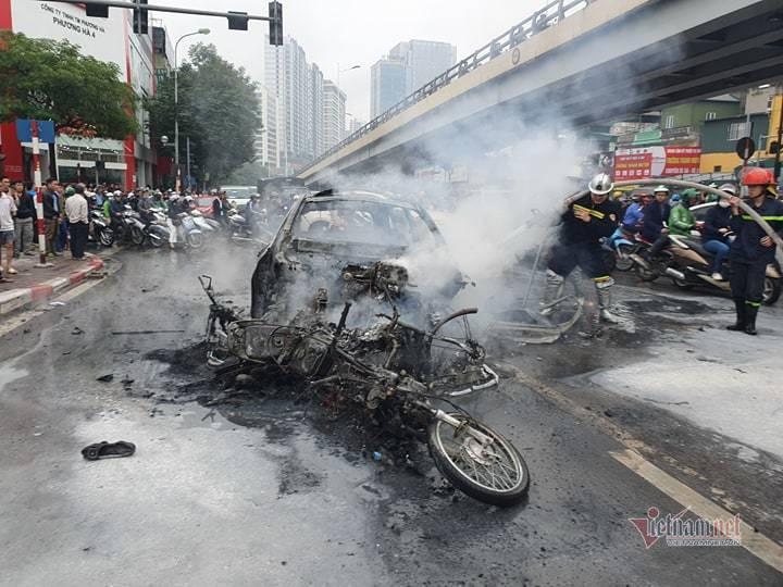 Clip: Xe Mercedes phát nổ rồi bốc cháy ngùn ngụt ở Hà Nội, người phụ nữ bị cuốn vào gầm tử vong-5