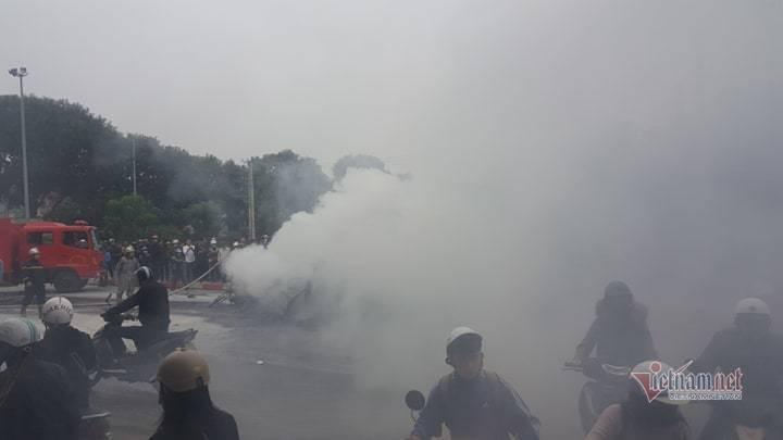 Clip: Xe Mercedes phát nổ rồi bốc cháy ngùn ngụt ở Hà Nội, người phụ nữ bị cuốn vào gầm tử vong-4