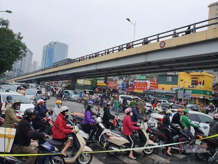 Clip: Xe Mercedes phát nổ rồi bốc cháy ngùn ngụt ở Hà Nội, người phụ nữ bị cuốn vào gầm tử vong-8