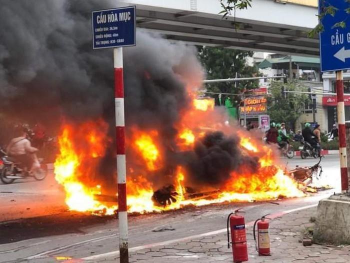 Clip: Xe Mercedes phát nổ rồi bốc cháy ngùn ngụt ở Hà Nội, người phụ nữ bị cuốn vào gầm tử vong-1