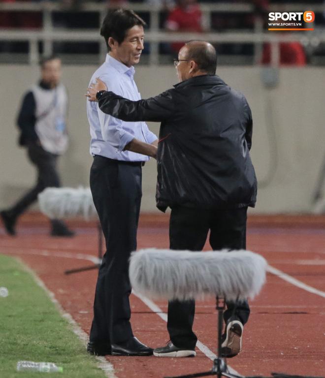Tiết lộ lý do trợ lý tuyển Thái Lan cà khịa chiều cao của thầy Park trên sân Mỹ Đình-1