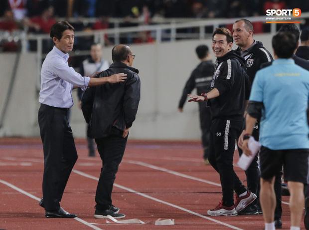 Tiết lộ lý do trợ lý tuyển Thái Lan cà khịa chiều cao của thầy Park trên sân Mỹ Đình-3