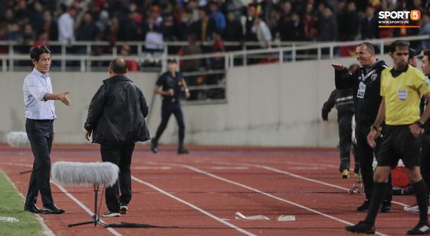 Tiết lộ lý do trợ lý tuyển Thái Lan cà khịa chiều cao của thầy Park trên sân Mỹ Đình-2
