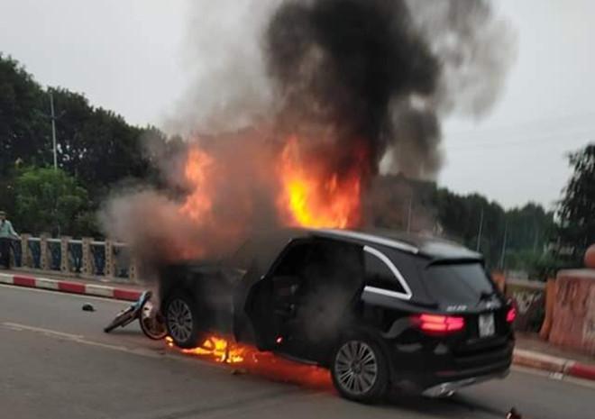 Clip: Nữ tài xế lái xe Mercedes cháy ngùn ngụt ở Hà Nội hoảng loạn chạy khỏi hiện trường-1
