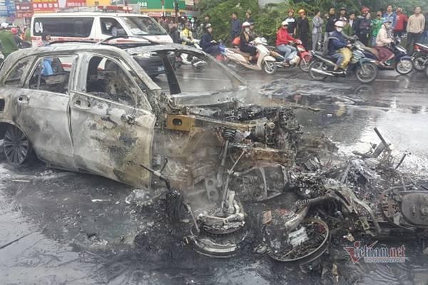 Clip: Nữ tài xế lái xe Mercedes cháy ngùn ngụt ở Hà Nội hoảng loạn chạy khỏi hiện trường-4
