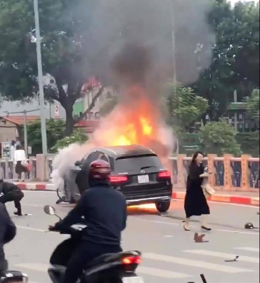 Clip: Nữ tài xế lái xe Mercedes cháy ngùn ngụt ở Hà Nội hoảng loạn chạy khỏi hiện trường-2