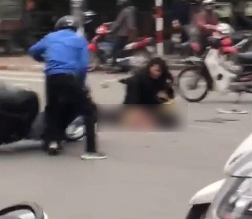 Clip: Nữ tài xế lái xe Mercedes cháy ngùn ngụt ở Hà Nội hoảng loạn chạy khỏi hiện trường-3