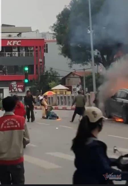 CSGT lao vào cứu người mắc kẹt trong vụ cháy Mercedes-2