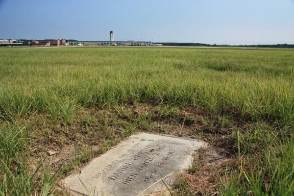 2 ngôi mộ bí ẩn trên đường băng sân bay-4