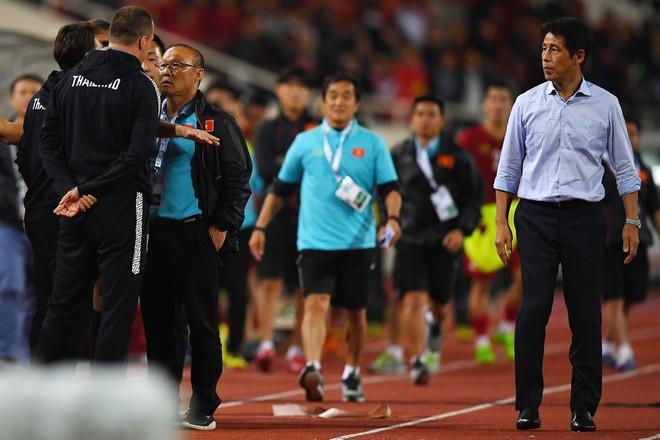 Không chỉ HLV thủ môn, hé lộ hình ảnh hậu vệ Thái Lan cũng tham gia khẩu chiến gắt với thầy Park-2