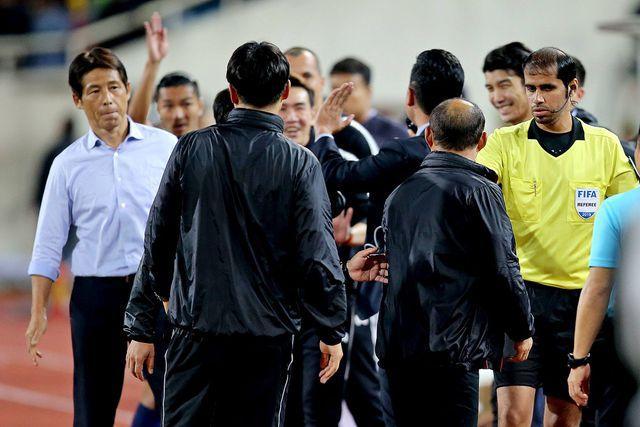 Không chỉ HLV thủ môn, hé lộ hình ảnh hậu vệ Thái Lan cũng tham gia khẩu chiến gắt với thầy Park-4