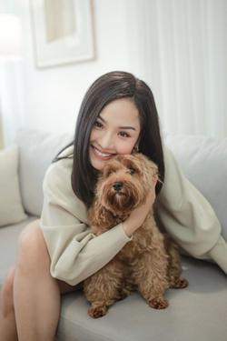 Tan chảy với combo 'tóc dài - giọng mộc' lụi tim của Miu Lê khi hát live hit mới