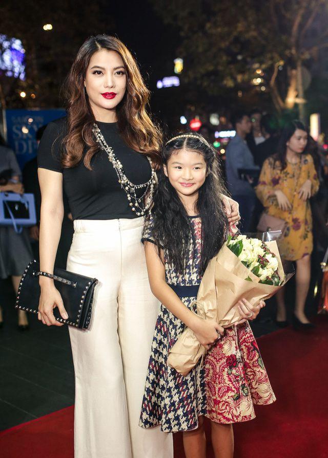 Lâu lâu mới xuất hiện, con gái Trương Ngọc Ánh gây bất ngờ với đôi chân dài miên man ở tuổi 11-8