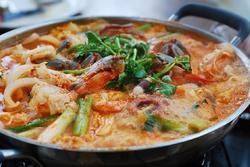 Thưởng thức nồi lẩu cay nấu từ 200 kg thịt ở Trung Quốc