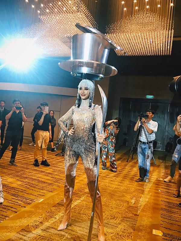 Cafe phin sữa đá trở thành quốc phục chính thức của Hoàng Thùy tại Miss Universe 2019-10