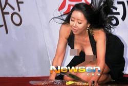 Thảm đỏ điện ảnh danh giá nhất Hàn Quốc từng bị 'vấy bẩn' bởi trang phục phản cảm