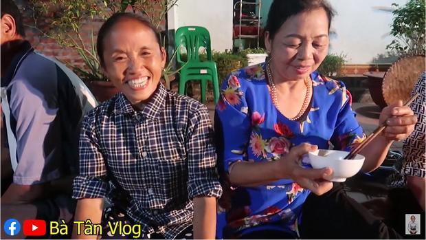 Bà Tân Vlog làm lẩu gà lá giang nhưng cho thập cẩm đủ thứ, thành quả cuối cùng làm ai cũng tròn mắt-2