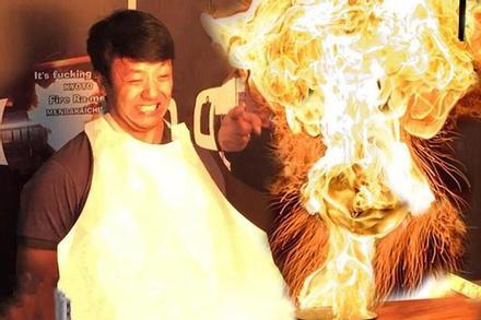 Mì ramen bốc lửa trước mặt thực khách ở Nhật Bản