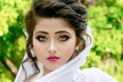 Thánh nữ Ấn Độ có đôi mắt 'đổi màu' khoe váy cưới, triệu thanh niên bất loạn