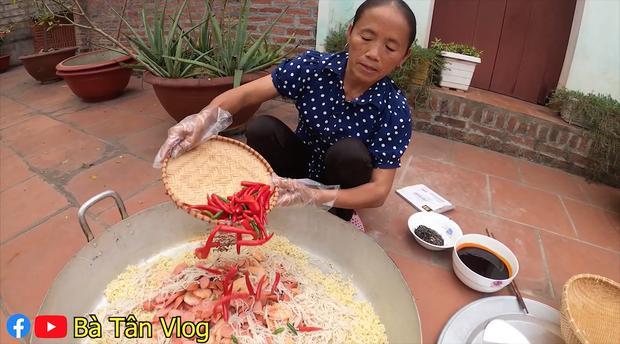 Cho nguyên rổ ớt chưa cắt trộn cùng mỳ, bà Tân Vlog làm ai cũng thắc mắc liệu có cay như trong truyền thuyết?-4