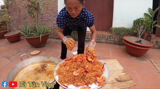 Cho nguyên rổ ớt chưa cắt trộn cùng mỳ, bà Tân Vlog làm ai cũng thắc mắc liệu có cay như trong truyền thuyết?-6