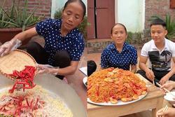Cho nguyên rổ ớt chưa cắt trộn cùng mỳ, bà Tân Vlog làm ai cũng thắc mắc liệu có cay như trong truyền thuyết?